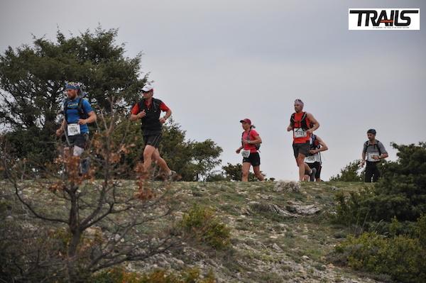 Trail Drôme - le peloton du 38km sur les hauteurs de Buis les Baronnies
