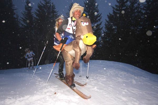 Laurent Robin et Florimond Gachet déguisés en cavalier sur le cheval (1er prix du jury).
