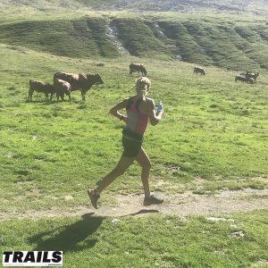 Caroline Chaverot court au milieu des vaches