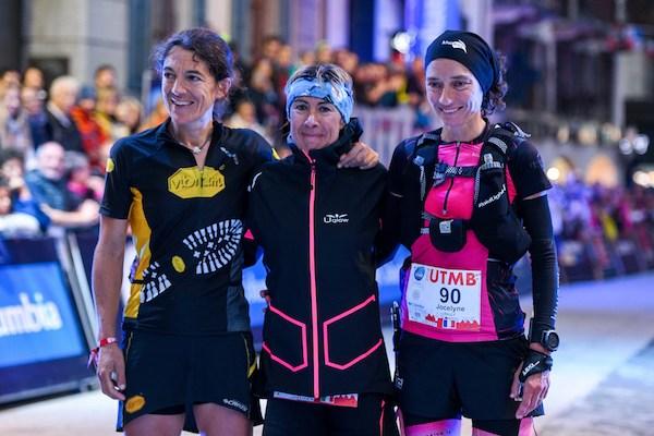 UTMB Dames. Uxue Fraile Azpeitia (à gauche, 2e), Francesca Canepa (1re au centre), Jocelyne Pauly (3e)